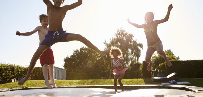 børn der leger på trampolin