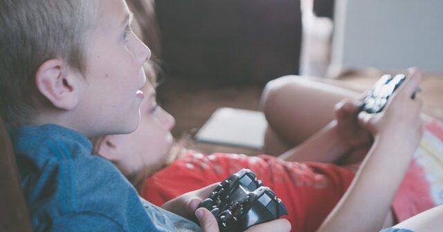 børn spiller PS4
