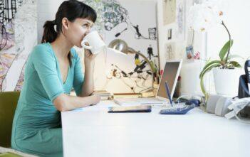 Kvinde arbejder hjemmefra