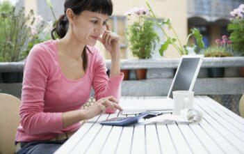 Kvinde foretager beregninger