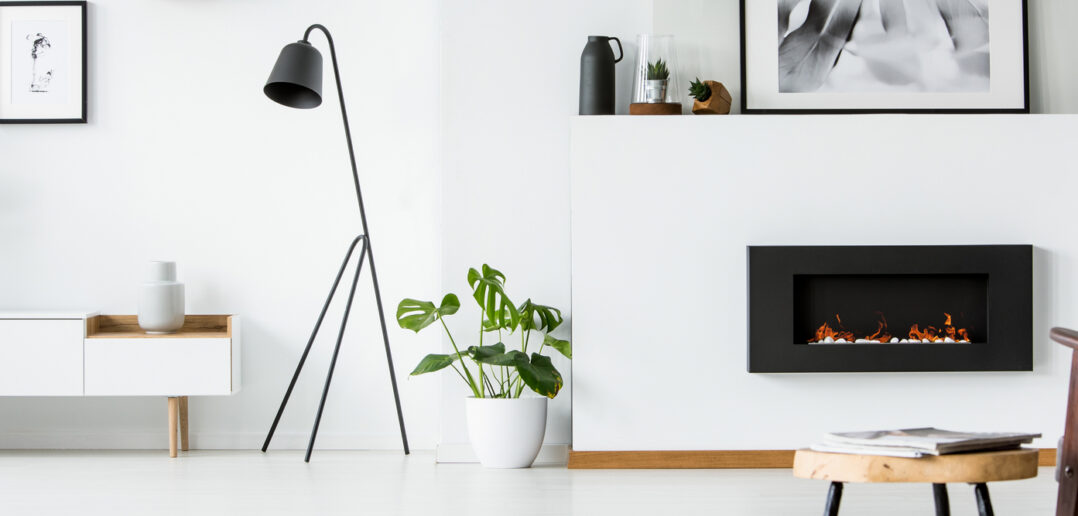 Stue med integreret pejs