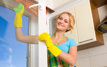Kvinde pudser vinduer