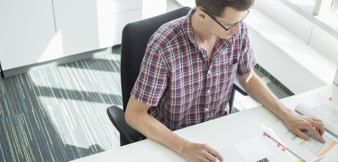 Mand arbejder på kontor