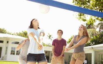 Unge mennesker har det sjovt i haven