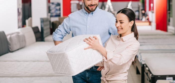 Par på møbelshopping
