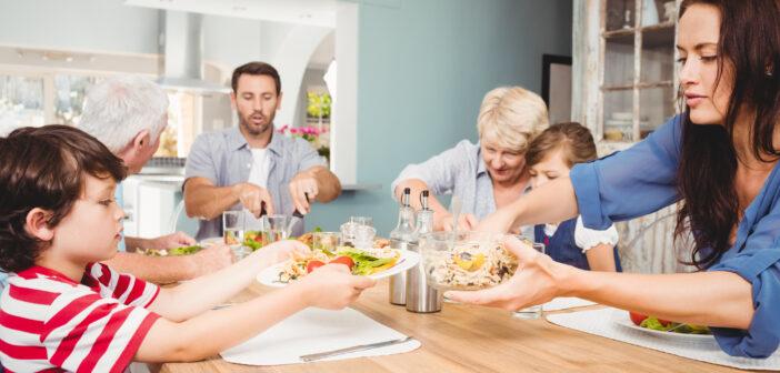 Familie sidder ved et spisebord